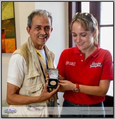 Recibiendo Medalla de Visitante distinguido de manos de la Presidenta Municipal de Guaymas Sonora Susana Corella de Espriu